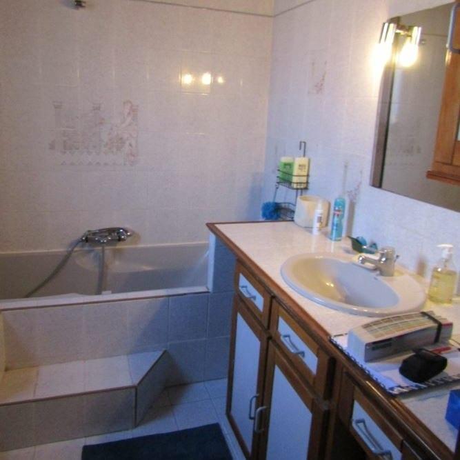 Mr & Mme L - Salle de bain & Entrée - Miramas - avant